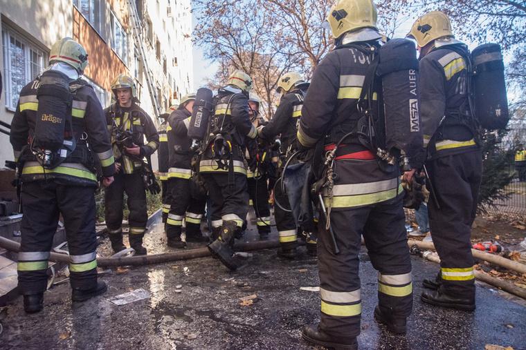 A fővárosi tűzoltók két vízsugárral megakadályozták a tűz továbbterjedését.