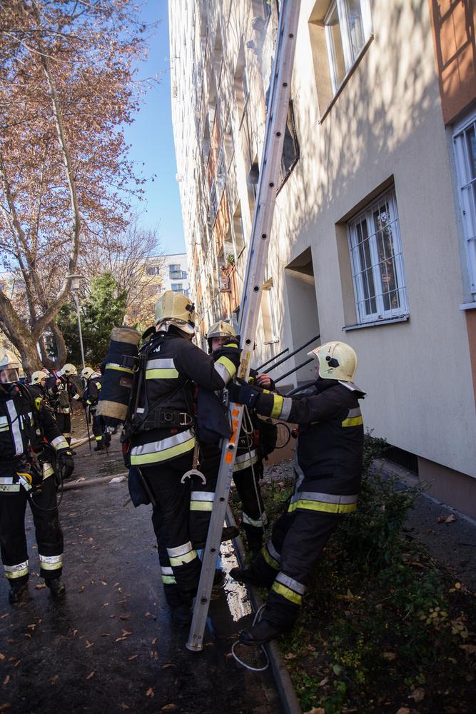 A tűz keletkezésekor a lakásban egy gyermek és édesanyja voltak, szerencsére még idejében sikerült kimenteni őket