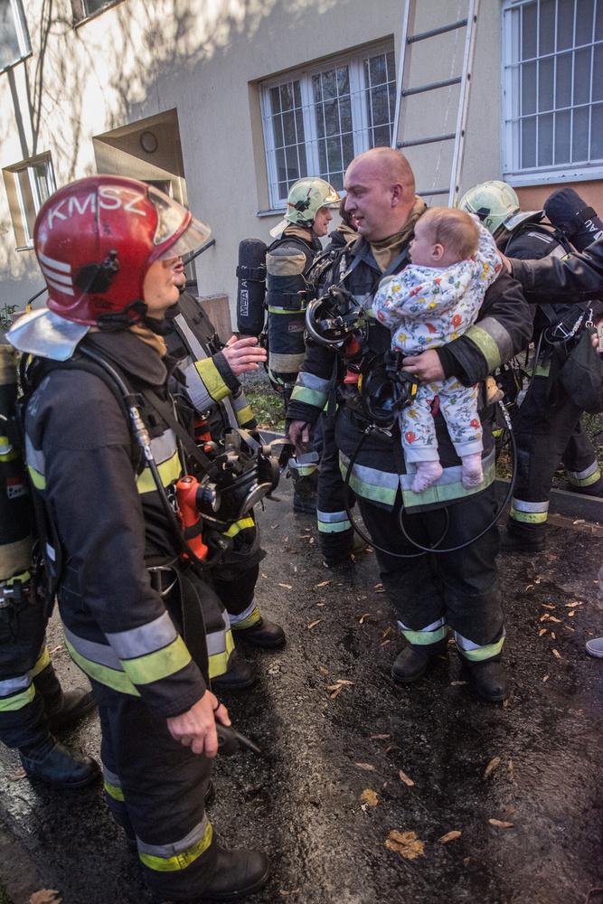 A különleges fotón Fózer György hadnagy és kezében a megmentett kisbaba