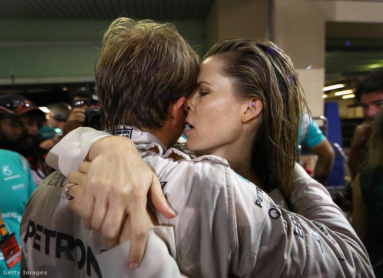 Rosbergné együtt örül férje első világbajnoki győzelmének 2016. november 27-én, az Abu-Dzabi Nagydíj után.