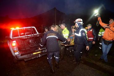 Az éjjel a helyszínre érkezett mentőcsapatok dolgoznak a roncs körül.