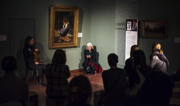 Lovas Rozi, mint Rőzsehordő nő Munkácsy Mihály festménye előtt