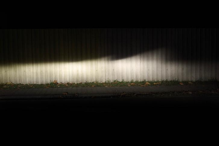 Bár a fényerősség különbség nem látszik igazán, a jobb oldalinak szebb a vetített képe, tehát méretileg is pontosabb az izzó