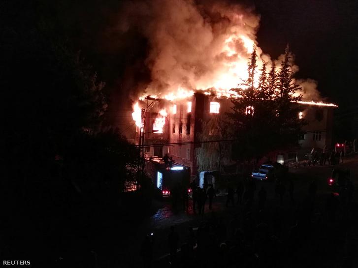 A lángokban álló épület