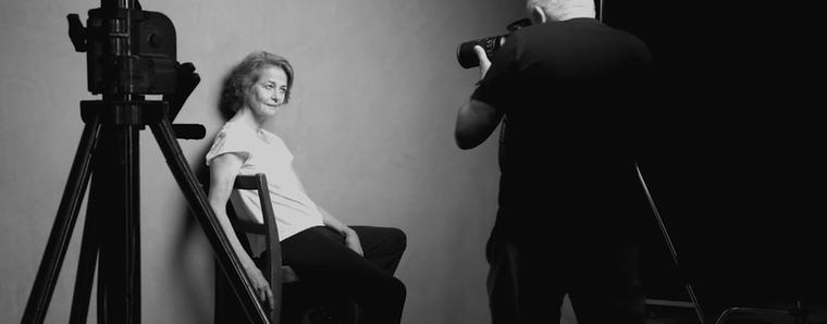 """Peter Lindbergh, a fotós a következőt mondta a koncepciójával kapcsolatban.""""Ezekben az időkben, amikor a nőket a tökéletesség és a fiatalság nagyköveteként ábrázolják mindenhol, fontosnak véltem, hogy emlékeztessek mindenki arra, hogy van egy egészen más szépség is, ami tisztább és igazibb, nincs eltorzítva semmilyen reklám által.""""(Itt Charlotte Ramplingot, ismert brit színésznőt fotózzák éppen.)"""