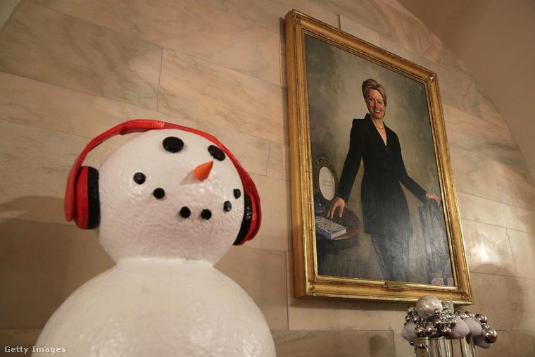 A zenét hallgató hóember az egykori first lady és az idei elnökválasztást bukó Hillary Clinton képe mellé került.