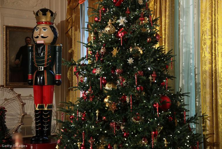 Obamáék épp ezért kellőképpen meg is ünneplik az utolsó karácsonyt, méghozzá azzal, hogy rommá díszítették a Fehér Házat.Igen, az ott egy cirka 3,5 méter magas diótörő.Jó, a tavalyi dekoráció sem volt visszafogottabb.