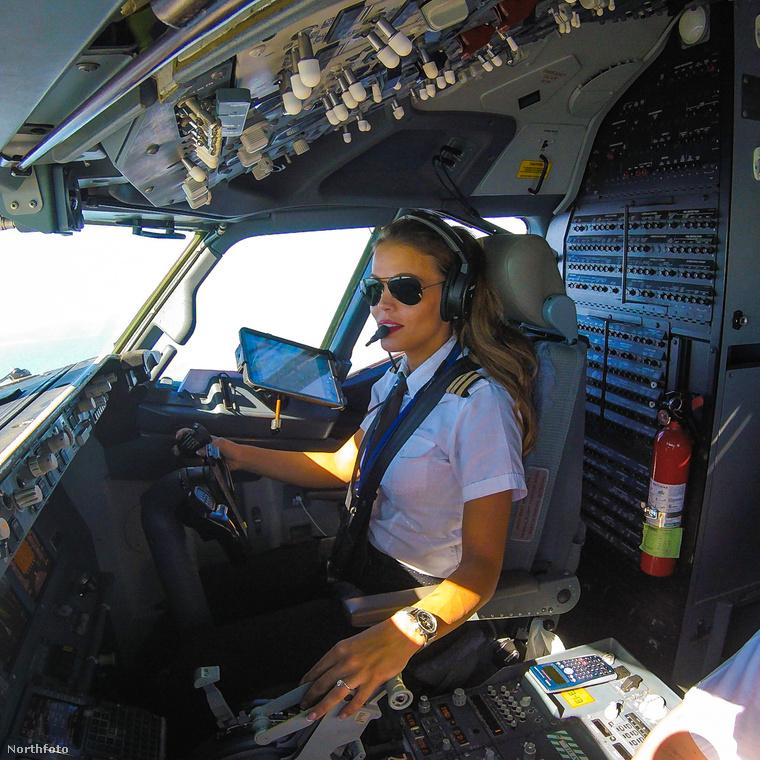 A pilótafülke, amiben ücsörög, egy Boeing 737-es géphez tartozik