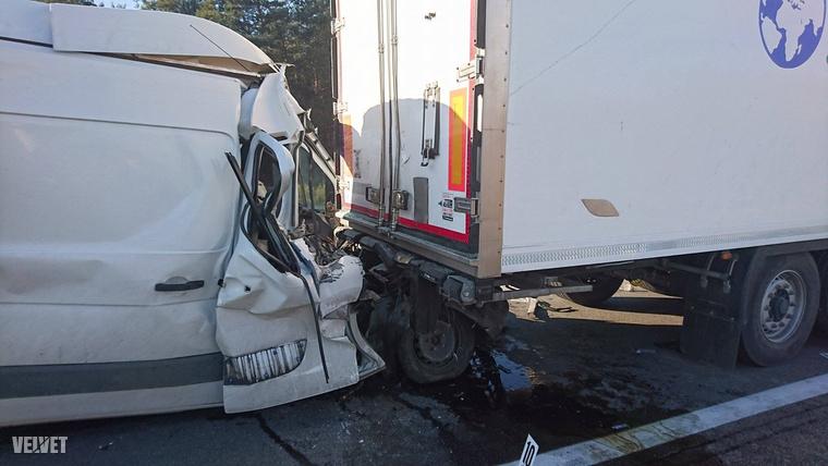 A külföldi rendszámú kisbusz sofőrje olyan súlyosan megsérült, hogy a helyszínen életét vesztette.