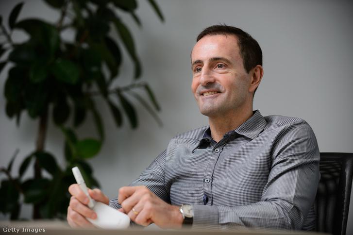 Paul Riley, a Philip Morris Japan elnöke az új termékkel