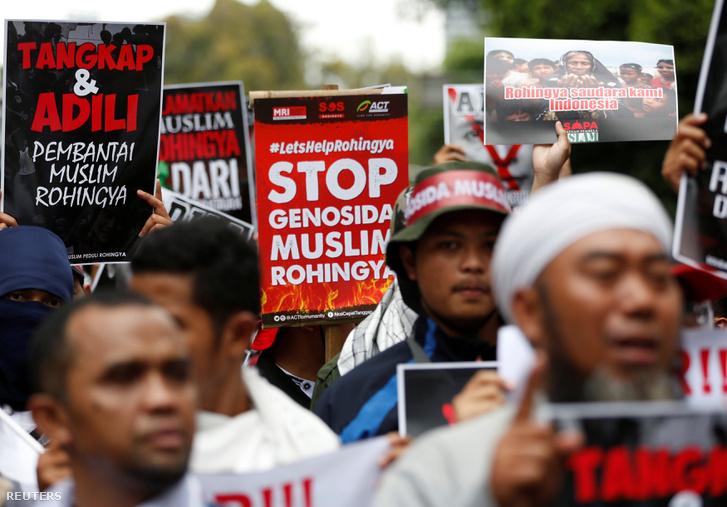 A rohingyákért tüntettek Jakartában, a mianmari nagykövetség épülete előtt