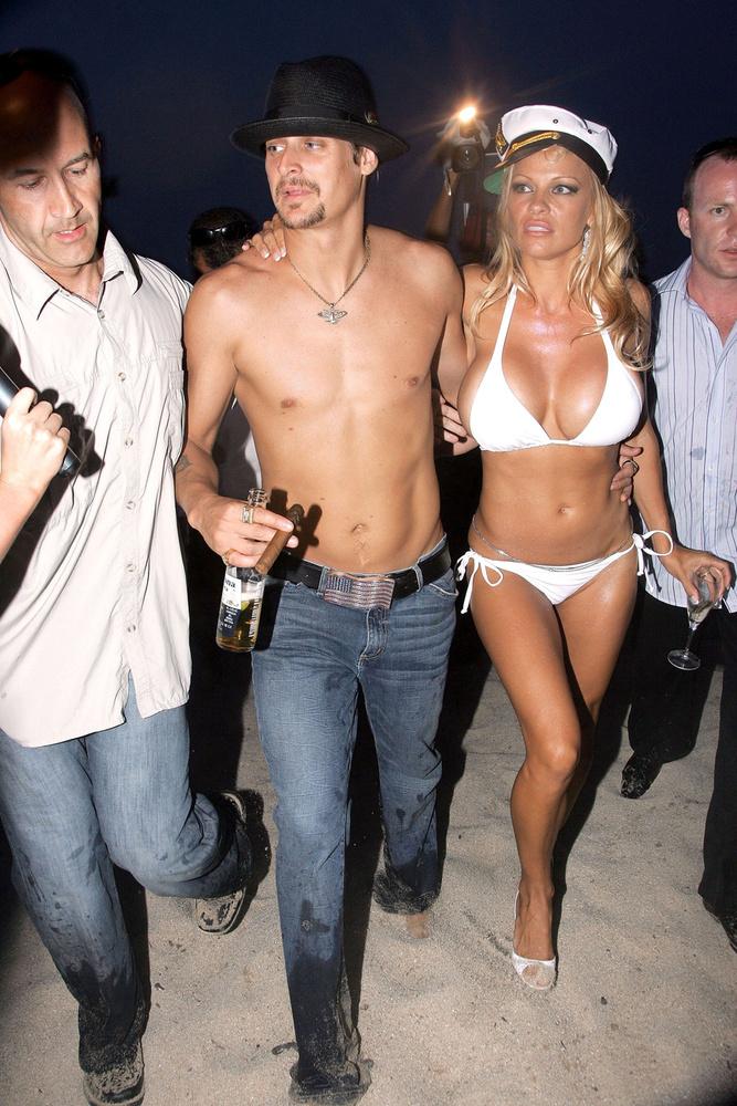 Az egyszerűség szellemében egy fehér bikiniben ment hozzá 2006-ban Kid Rockhoz