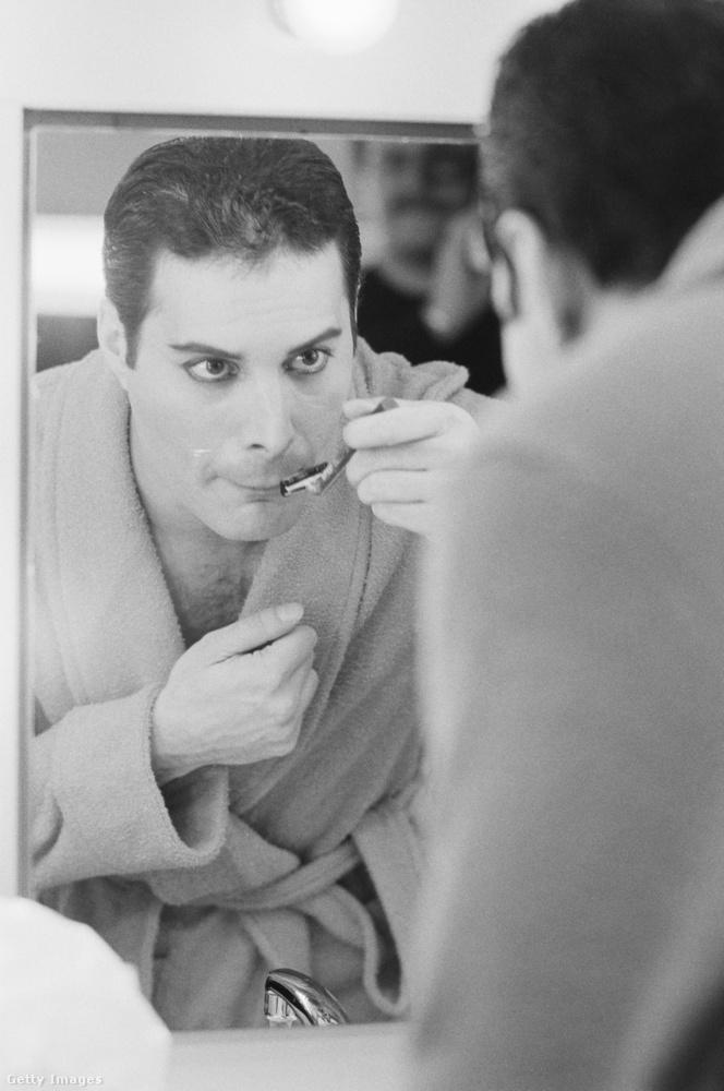 A Queen énekese, Freddie Mercury is egy nem mindennapi élethelyzetben lett megörökítve: éppen az ikonikus bajszát borotválja 1984