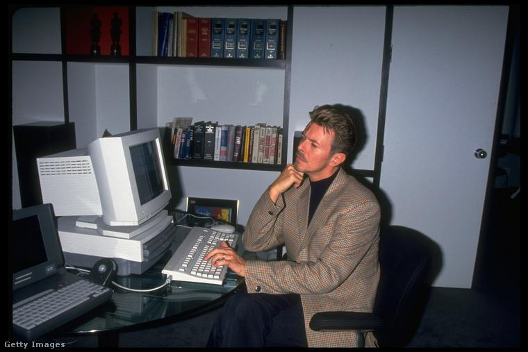 1994-ben például elsők között ismerkedett meg az asztali számítógépekkel.