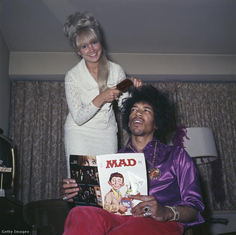 Az egyik legnagyobb gitáros-énekes, Jimi Hendrix nem volt mindig annyira komoly, mint a színpadon:itt éppen a MAD magazint olvassa, miközben a fodrásza igazítja a haját.A fotó 1968-ban készült