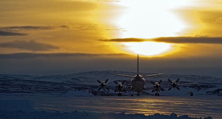 A NASA IceBridge programjának repülőgépe felszállás előtt. Az IceBridge a sarki jégtakaró vastagságát monitorozza.
