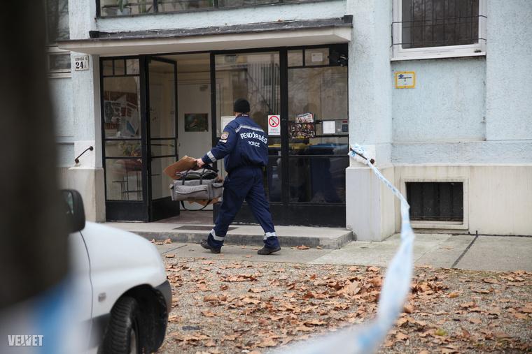 Órákon át tartott a rendőrségi helyszínelés. A háztömböt lezárták, csak a lakók mehettek fel.