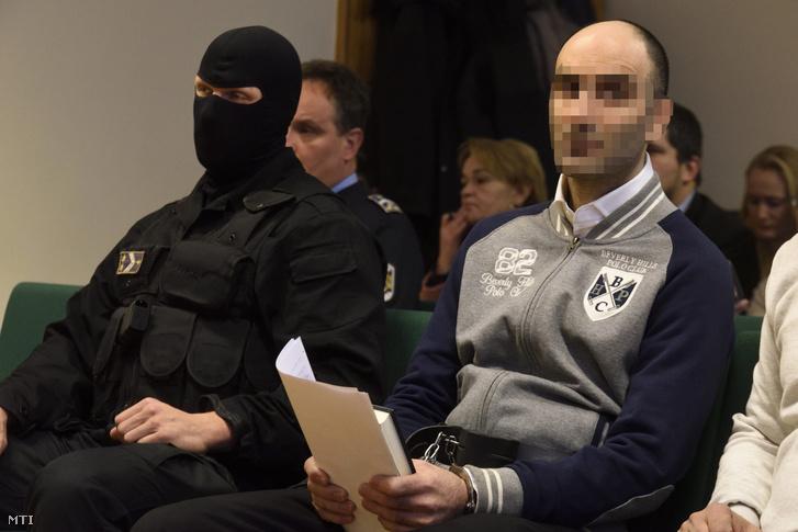 A röszkei közúti átkelőnél 2015. szeptember 16-án történt tömegzavargás miatt terrorcselekmény elkövetésével vádolt Cipruson élő szír férfi az ellene zajló büntetőper tárgyalásán a Szegedi Törvényszéken 2016. november 30-án.