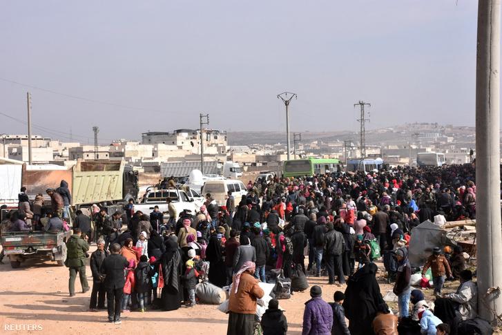 Aleppó keleti részéből kimenekült civilek várakoznak egy kormányerők által felügyelt aleppói városrészben.