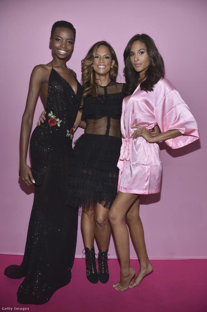 A jobbszélen álló hölgy már a VS bugyimodelljeinek háttér-egyenruhájában, a rózsaszín köntösben látható.