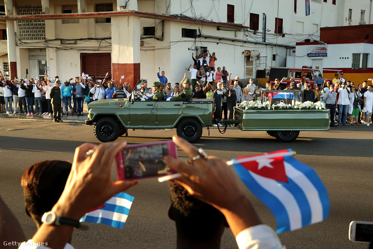A Fidel Castro hamvait szállító katonai terepjáró a kubai vezető búcsúztatásán.