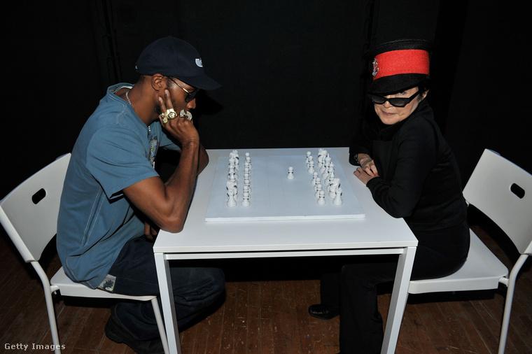 És mit csinált a Wu Tang Clanból ismert RZA rapper-producer Yoko Onoval egy koncert backstage-ében?Naná, hogy sakkoztak!Nem is akármilyen sakkal, hanem Yoko Ono saját készítésű installációjával, a fehér sakk készlettel.