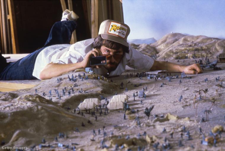 Az elveszett frigyláda fosztogatói című Indiana Jones-film forgatásán Steven Spielberg is előhozta gyermeki énjét - ez a fotó ezt a vicces pillanatot örökíti meg