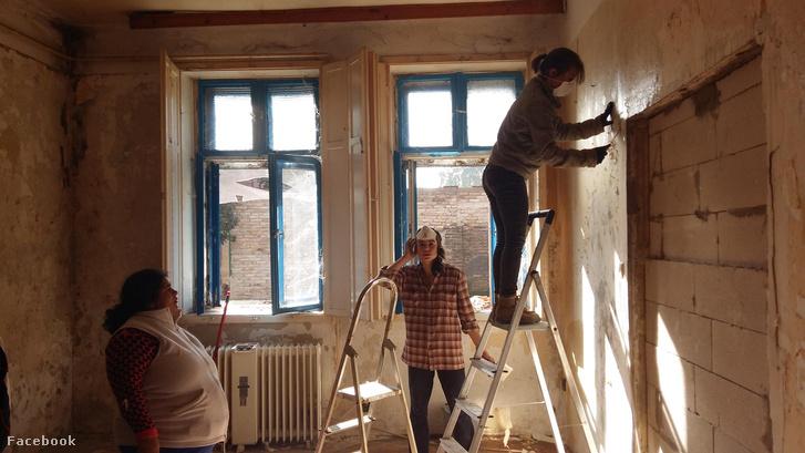 Az ULE tagjai újítanak fel egy lakást közös munkával.