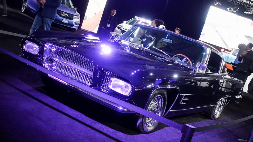 Valami Amerika, de kicsit fura az egész, mi ez? Egy Ghia L 6.4 Coupe 1962-ből. Chrysler alapokra épült, de Torinóban, a Ghiánál készítették, a formatervéhez állítólag Virgil Exner is hozzájárult