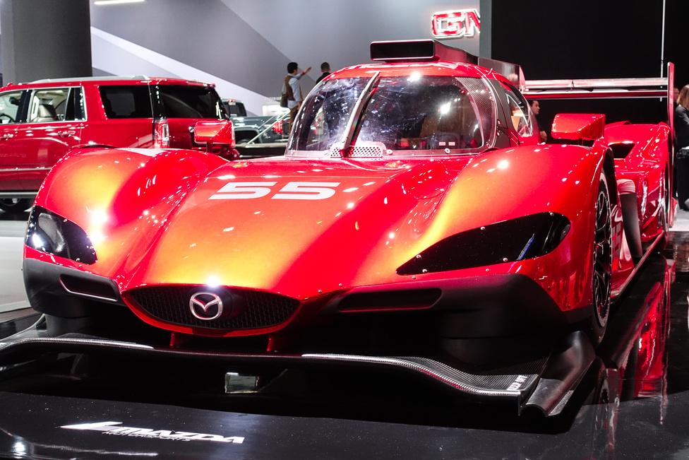 Mazda RT-24P versenyautó a 2017-es daytonai prototípus-futamokra. Rajta a Mazda arculati maszkja, hátuljában az MZ2.0-T kétliteres, közvetlen befecskendezéses, négyhengeres, turbós benzinmotor, most 600 lóerővel