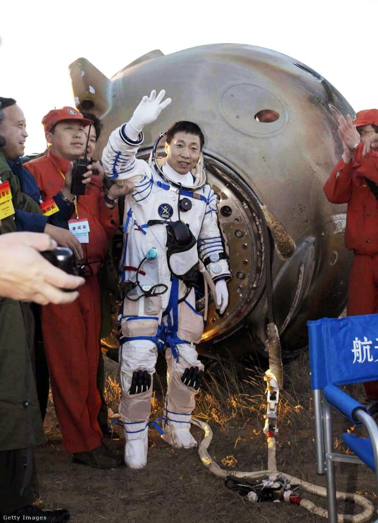 Az űrhajó visszatérő kapszulája 2003. október 16-án szállt le Belső-Mongóliában