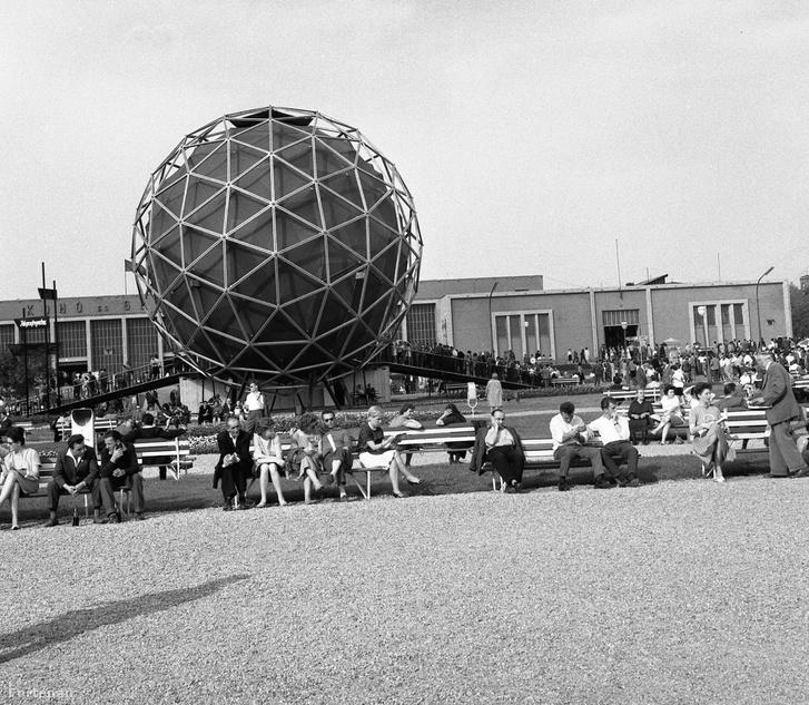 A Budapesti Nemzetközi Vásár 1963-ban. Elől a belföldi idegenforgalmi pavilon, mely ma Balatonbogláron kilátó. Hátul az Iparcsarnok romjaira épült Kohó- és Gépipari Csarnok
