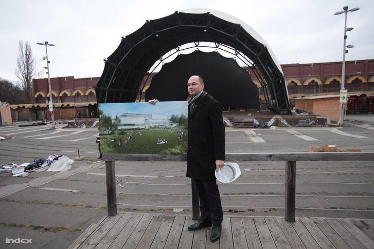 Sághi Attila, a Városliget Zrt. műszaki vezérigazgató-helyettese a Petőfi Csarnok  helyén felépülő Új Nemzeti Galéria látványtervével