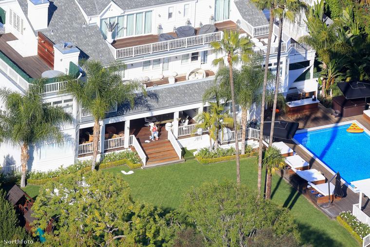 De vajon mivel üti agyon az időt a ház ura ennyire széleskörű szórakozási lehetőségek mellett? Máris megtudja, mert a teraszon látható alak maga Justin Bieber, akit feltehetően drón bevetésével örökítettek meg sziesztája közben.