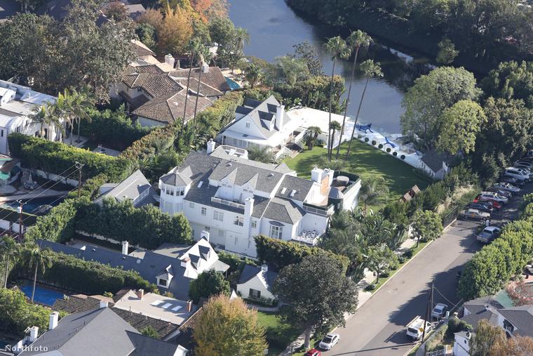 Justin Bieber havi 18,6 millió forintnak megfelelő összegért bérli ezt a Los-Angeles-i birtokot.