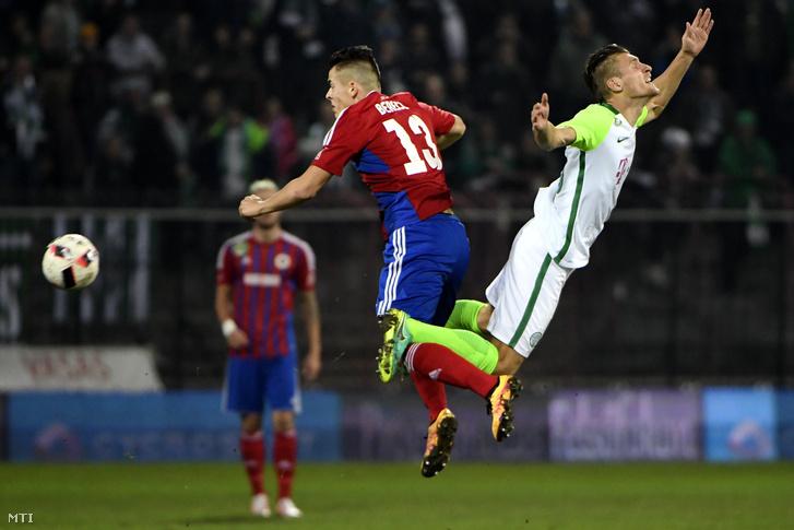 Az angyalföldi Berecz Zsombor (b) és a ferencvárosi Emir Dilaver az OTP Bank Liga 16. fordulójában játszott Vasas - Ferencváros bajnoki labdarúgó-mérkõzésen