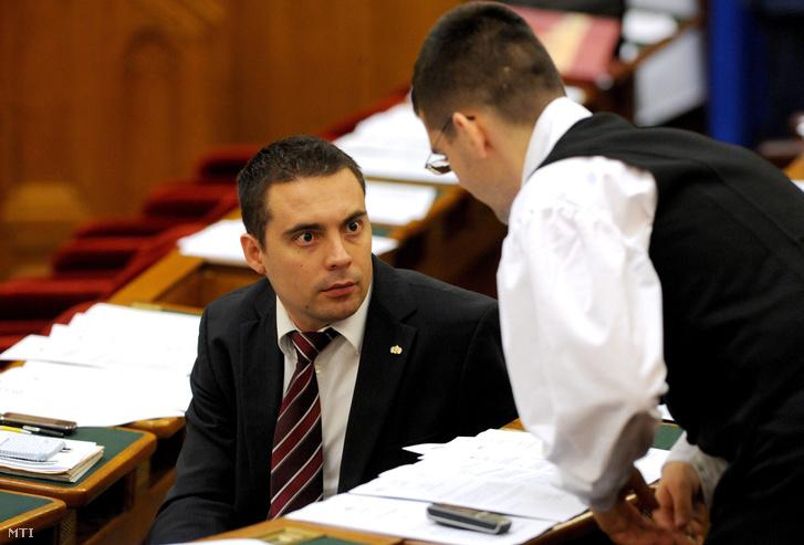 Vona Gábor és Novák Előd a Parlamentben.