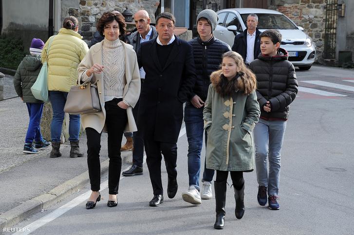 Renzi és családja szavazni indulnak vasárnap délelőtt.