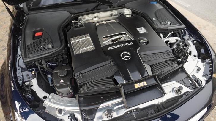 Minden motort az AMG központjában szerelnek össze, a teljes művelet kézimunkával történik és minden példányért egy-egy személy felelős