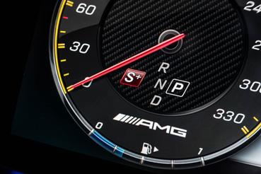Többé nem lesznek hagyományos műszerek az új Mercedesekben. Már az E-ből is kigyomlálták. Most háromféle műszerfalgrafika közül lehet válogatni