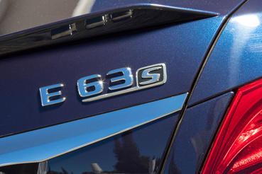 Az S verzió kiváltsága például a drift mód, ezt aktiválva csak hátul hajt az E63 AMG
