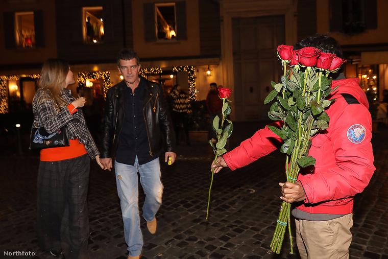 Egy olasz virágárus vörös rózsát ajánl a párnak...