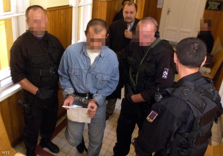 Kommandósok kisérik Sz. Zoltánt a balástyai sorozatgyilkost a Szegedi Ítélõtábla folyosóján a büntetõper kezdete elõtt 2004-ben