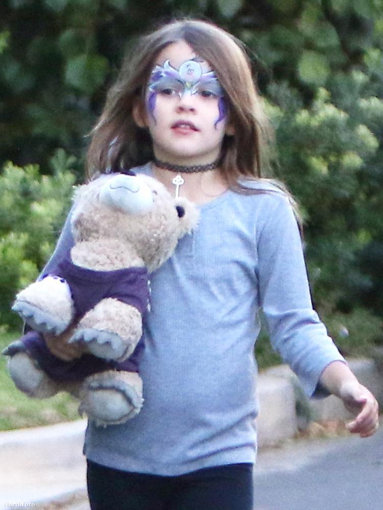 Tele kézzel nem lenne elég hercegnős, így viszont gondtalanul viselheti az arcára festett küklopszmadarat