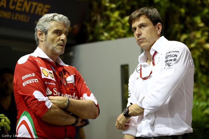 Maurizio Arrivabene, a Ferrari csapatfőnöke (b) és Toto Wolff, a Mercedes csapatfőnöke