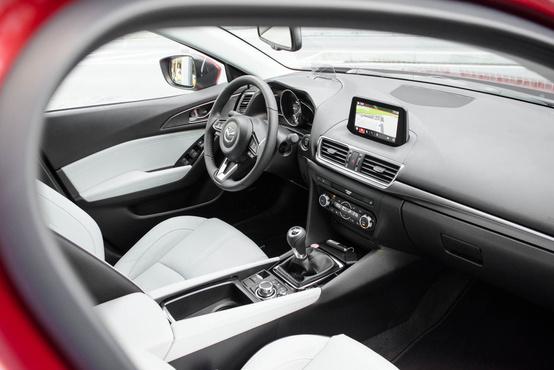 Ahhoz már tényleg nagy Mazda-troll kell legyen az ember, hogy egy beülésre felsoroljon három változást az utastérben. A kormányon és a navin túl pedig ott van még újdonságnak, hogy immár 26 centin tologatható előre és hátra az ülés