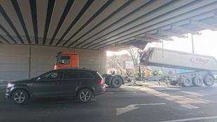 Ez a teherautó sofőr kockáztatott a Határ úti felüljárónál, és nem nyert