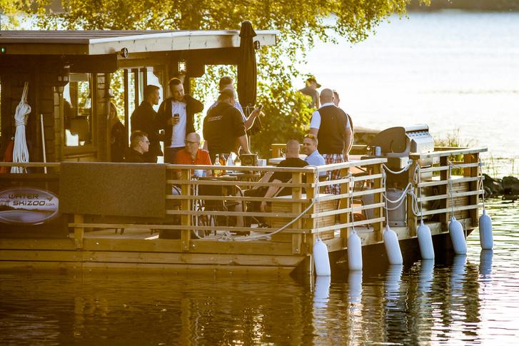 A legendás, Jussi Honka-féle úszó szauna, amely folyamatos pörgésben volt a hétvége folyamán