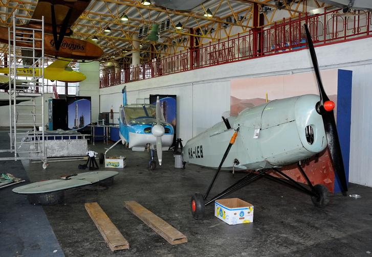 Hátul balra: Ganzavia GAK-22 Dino, elől jobbra: a HA-LEB lajstormú Levente II. felsőszárnyas repülőgép.