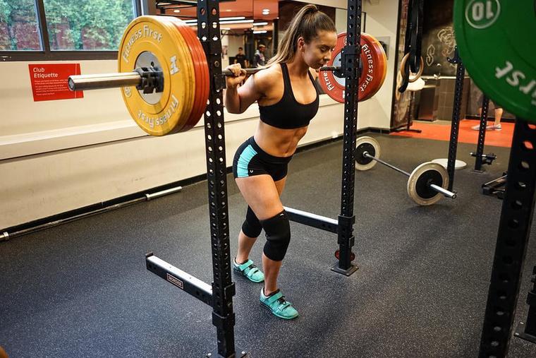 Hát úgy, hogy a finom falatok hatásait kőkemény edzésekkel kompenzálja.